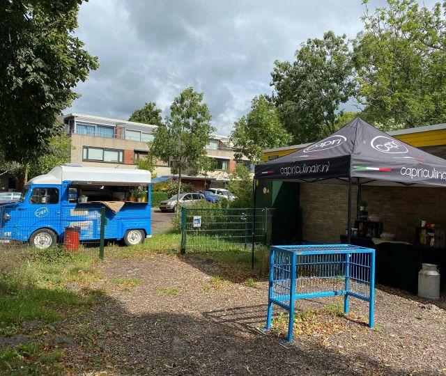 We staan er weer klaar voor! Verse pizza met een salad bar in Den Haag. #capripizza #capriculinair #pizzafoodtruck #versepizza #foodtruckcatering #citroenhy