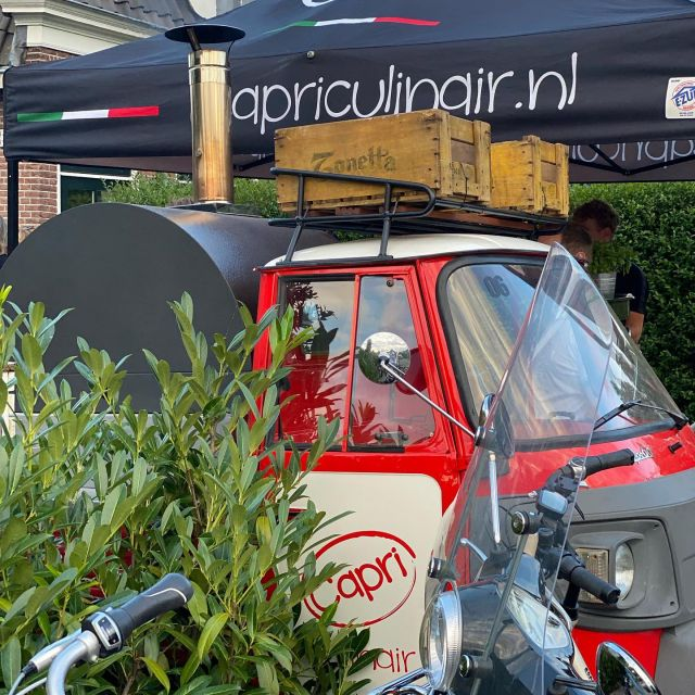 Met onze piaggio pizza foodtruck verzorgde Capri Culinair onlangs weer een pizza catering in Weesp, met diverse foodtrucks in eigen beheer, altijd een truck die past op jou feest. #capriculinair #capripizza #cateringweesp #pizzaweesp #pizzafoodtruckweesp #pizza #piaggio #catering