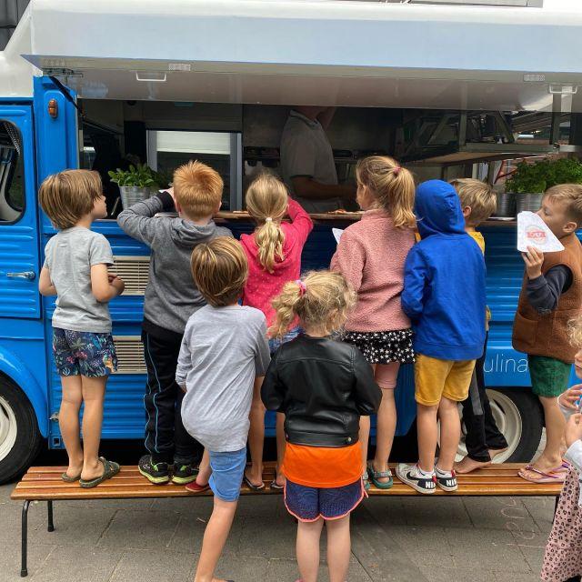 Kinderen en pizza, wat is het toch leuk om dit op een school te mogen verzorgen! #onsdespringschans #pizzaheiloo #pizza #capripizza #capriculinair #pizzafoodtruck #pizzacatering #heiloo #schoolfeest #party